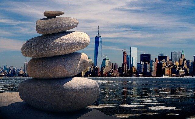 zen kameny ve městě