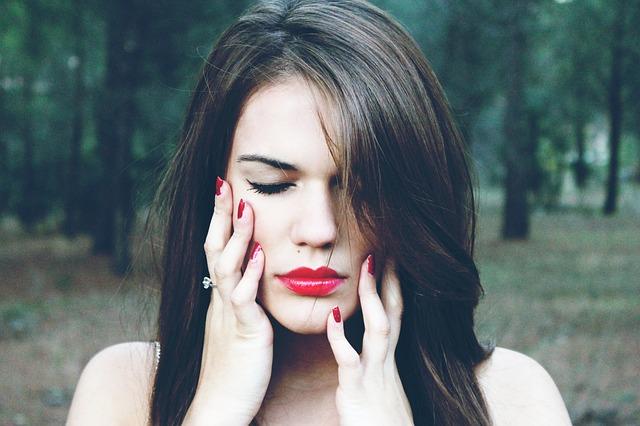 bruneta s červenými nehty