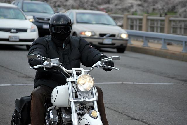 černá helma