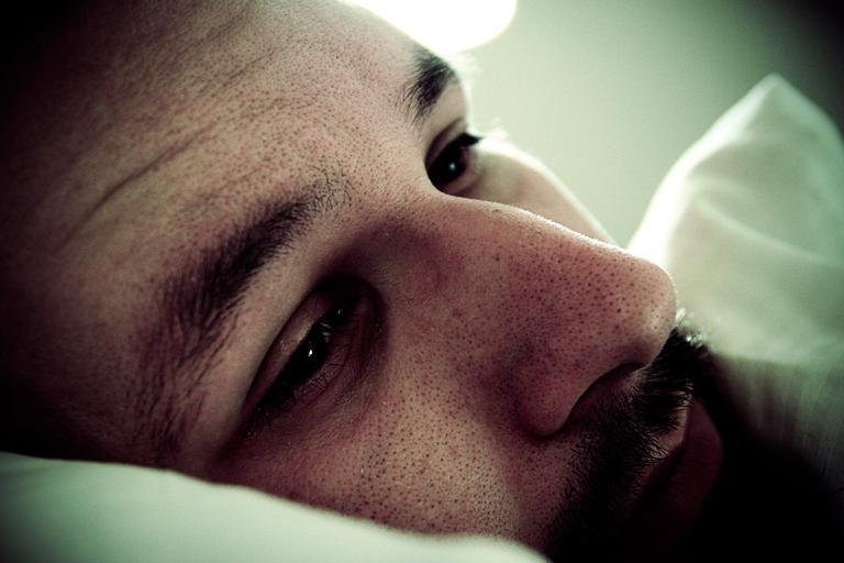 Muž leží v posteli, tvár, smutný, depresia