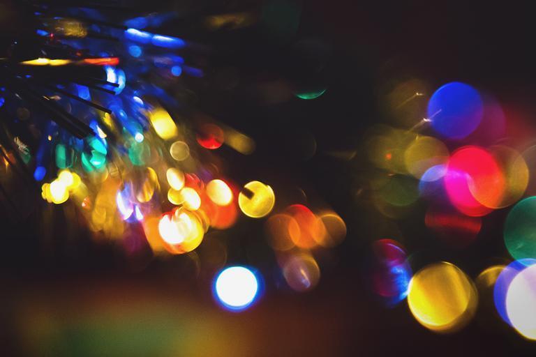 Rozmazané farebné svetielka svietiace v tme