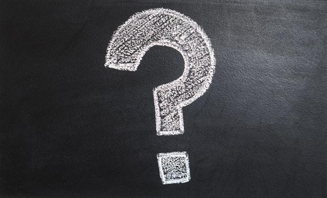 Biely otáznik napísaný kriedou na čiernej tabuli.jpg