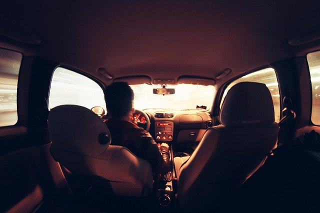 Muž šoféruje auto.jpg