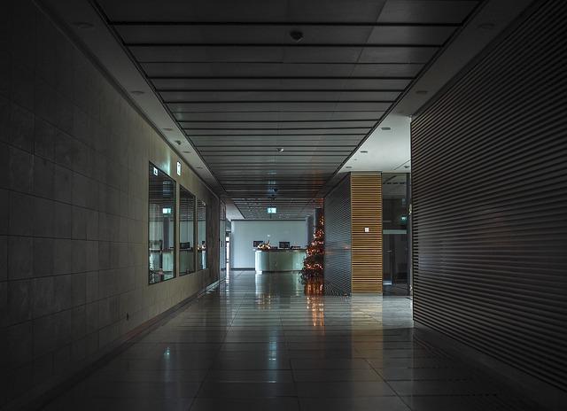 Moderný interiér so sklenenými priečkami.jpg