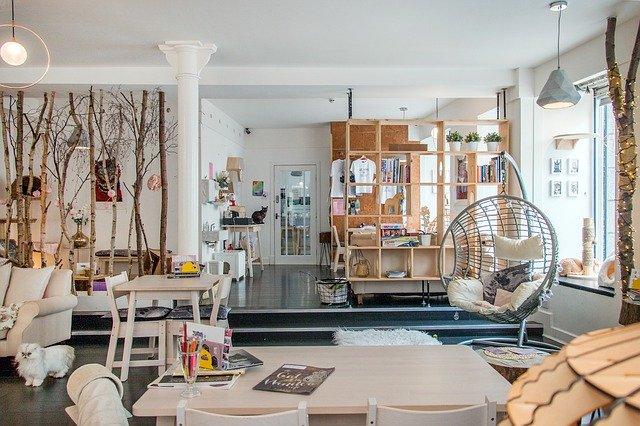 Priestranná miestnosť s obývačkou a kuchyňou.jpg