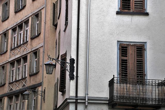 Stará budova v meste s malým balkónom.jpg