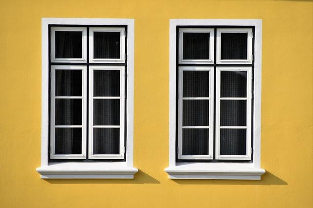Žltý dom s dvoma bielymi oknami