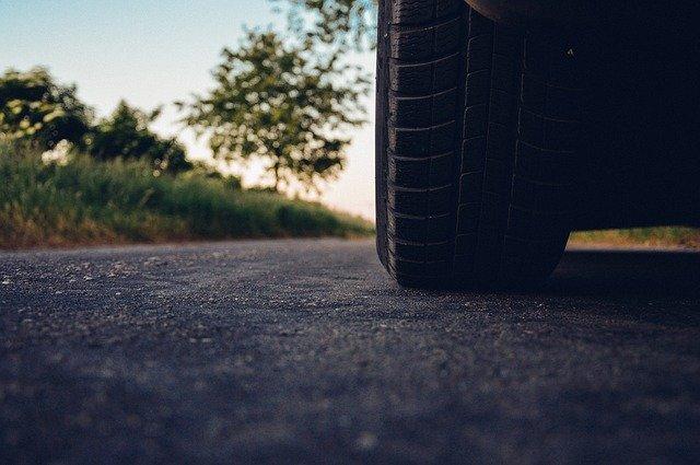 Auto stojí na asfaltovej ceste