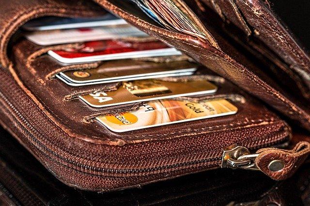 Zničená kožená peňaženka s platobnými kartami