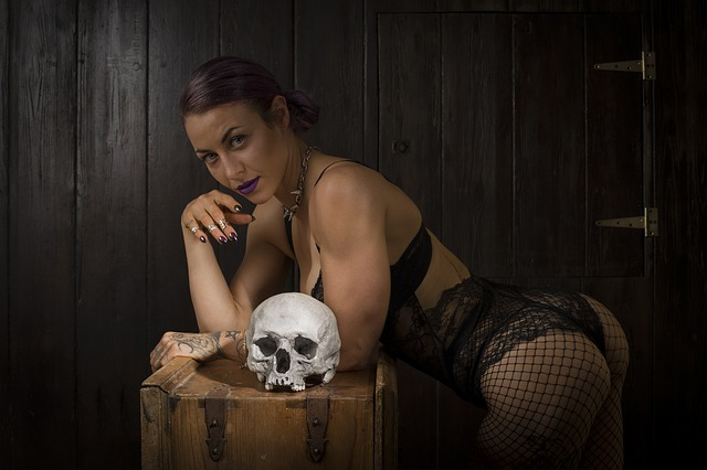 Žena v erotickej bielizni s lebkou